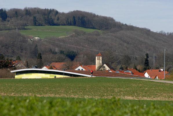 Schönbrunnenhalle Essingen, in Landschaft integrierte Halle