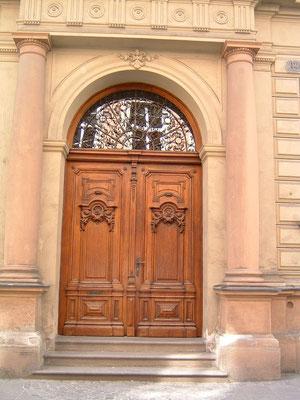 Kranz | Eingangstor, zweiflügelig mit Zierfüllungen und fixer Rundbogenoberlichte