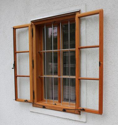 Kranz Pfostenfenster mit Gitterstäben und Ausspreizstangen