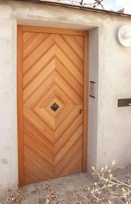 Kranz | Haustüre mit Schwalbenschwanzmuster und schwarz verzinktem Türknopf