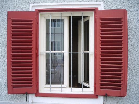 Kranz Fenster mit roten Läden