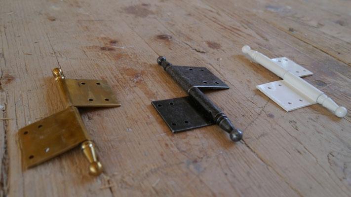 Kranz Fitschenbänder Eisen schwarz antik, Messing poliert, weiß