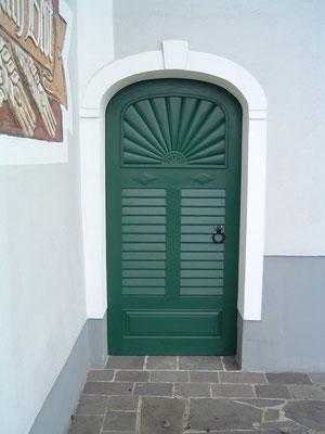 Kranz | Haustüre mit Strahlenmuster und Rollschalung