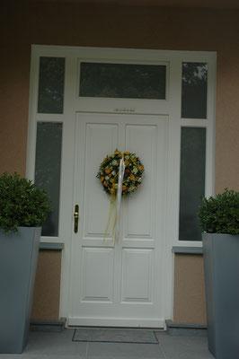 Kranz | Haustüre mit Holzfüllungen und Glasausschnitten