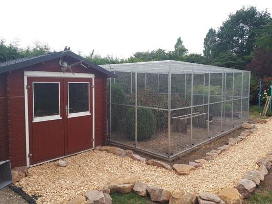 Hühnerauslauf von ca. 5 x 4 m bei 2,2 m Höhe mit einem Unterzug zum Lastabtrag. Um die Hühner vor ungebetenen Besuchern zu schützen, wurden unten Stromisolatoren angebaut, hier kann ein Weidezaungerät angeschlossen werden.