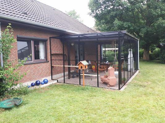 Katzengehege in Bückeburg. Die bestehende Holzterrasse wurde zu einer Voliere umgebaut. Die Tür wurde mit einer Edelstahldrückergarnitur ausgestattet. Innen ein Knauf, damit die Katze die Tür nicht selbstständig öffnet.