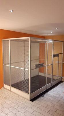 Zimmervoliere ca. 208 cm breit und 150 cm tief bei 204 cm Höhe. Mit einer begehbaren Bodenplatte, 20 cm Schmutzschutzkannte und Rückwand aus 3 mm Trespaplatte im Sonderprofil.