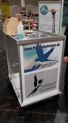 Ein von uns angefertigter Bollerwagen für verschieden Heimtiermessen. 2 Aras werden hiermit von der Voliere zur Showbühne gefahren um dort über artgerechte Papageienhaltung aufzuklären.
