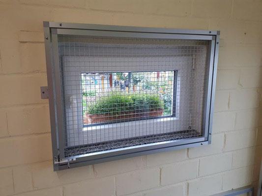 Fenster inkl. Fensterbank vergittert im Innenraum