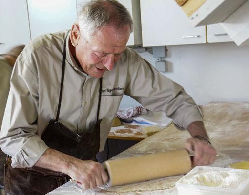 Gerhard Kirschenmann rollt Pizzateig wie ein Weltmeister.