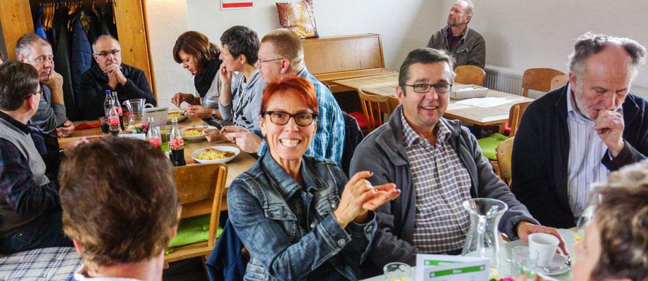 Gute Laune beim Mittagessen-Woche im Bürgertreff.
