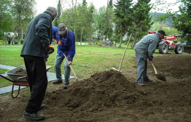 Neuer Mutterboden für den Friedhof
