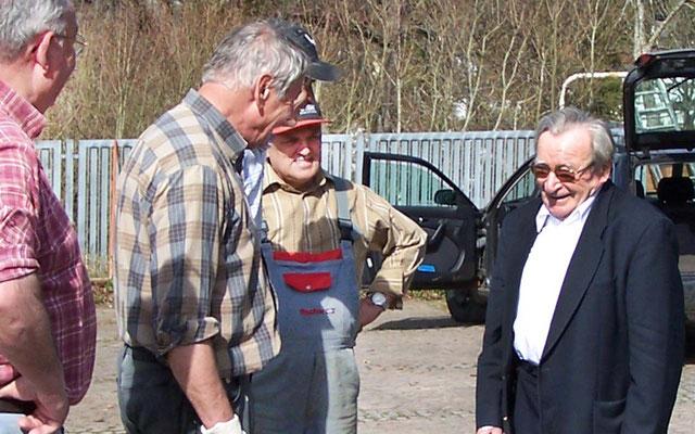Artur Fischer informiert sich über den Fortgang der Arbeiten.
