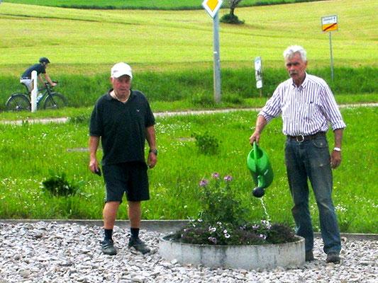 Der Blumenschmuck im Ort wird wieder aufgehängt. Frisches Waldachwasser
