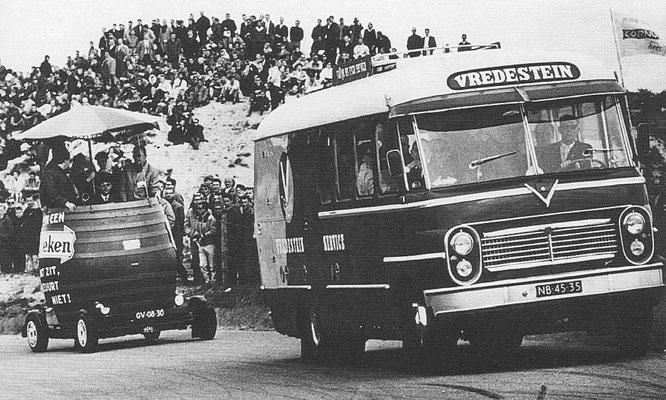 De Vredestein-bus in jaren 50 en 60 op het circuit van Zandvoort.