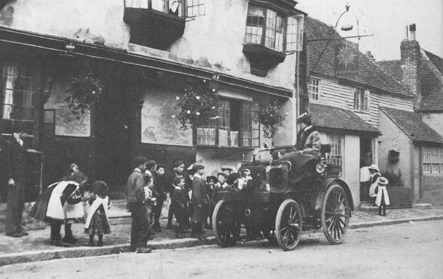Deze Cannstatt Daimler uit 1898, op doortocht in een dorp op het Engelse platteland, krijgt snel een bewonderend publiek.