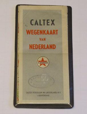 Een wegenkaart van Nederland in een opbergmapje, uitgegeven door Caltex in 1955 ter gelegenheid van het vijftigjarig bestaan.