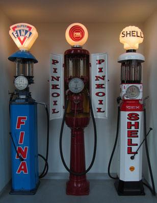 Benzinepompen, te zien in het Louwman Museum in Den Haag.