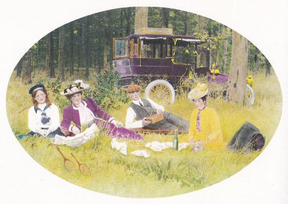 Picknick van een Franse familie in de Ardennen in 1903. De auto is een kostbare De Dietrich.