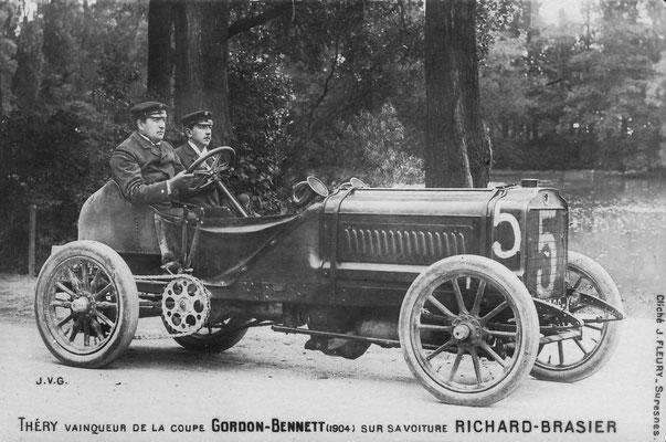 Een foto met daarop afgebeeld de winnaar Théry met een Brasier van de Coupe Gordon-Bennet in 1904.