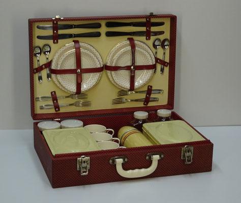 Picknick koffer (picnic hamper), 4-persoons, uit midden vorige eeuw van Brexton (England) met o.a. 2x thermosfles Thermos Limited, 2x blikken food box, 2x glazen milk bottle en 2x glazen container.