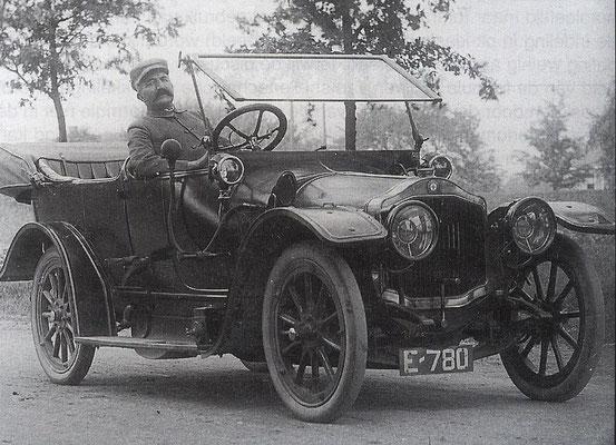 De Dion-Bouton van rond 1912 met torpedo carrosserie en overijssels nummer (E) van eigenaar W.L. Pompe uit Zwolle.