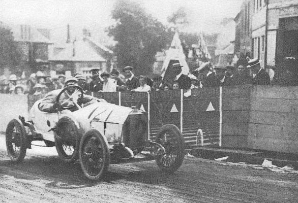 Een Mathis racewagen.
