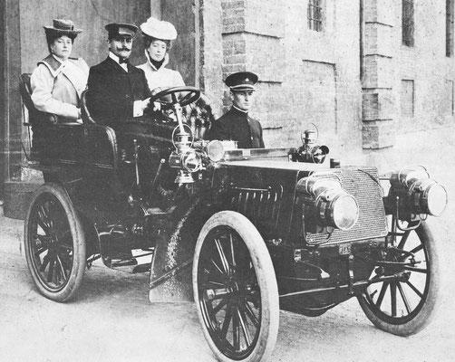 Een 12 pk Fiat uit 1902 met links Prinses Maria-Laetitia Bonaparte.
