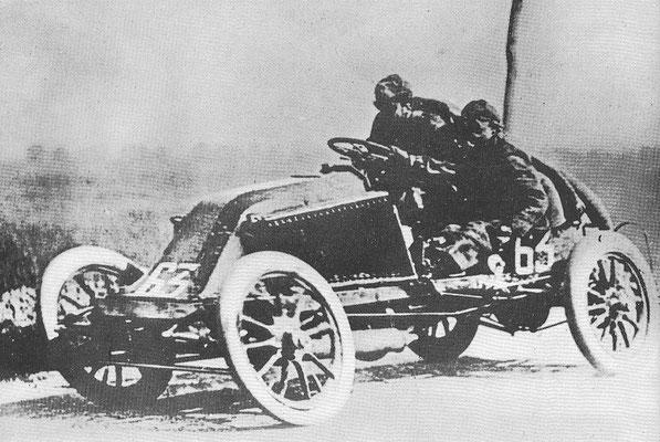 Marcel Renault met een snelheid van 130 km/h in de wedstrijd Parijs-Madrid 1903, enkele kilometers voordat hij zou verongelukken.
