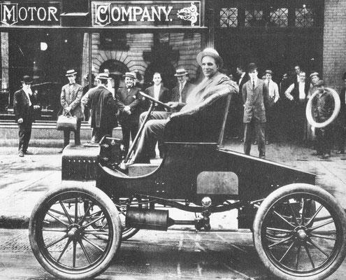 Henry Ford aan het stuur van een vroege tweezitter versie van het Model A, dat in 1903 het eerste productie model was.