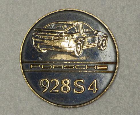 Penning uit 1987 van de Porsche 928 S4.