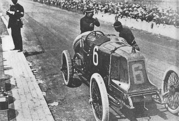 Champoisseau met een Th. Schneider tijdens de Grand Prix van Frankrijk in 1914.