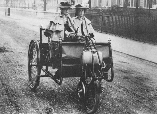 Een driewieler met een Lawson motorrijwiel uit ~ 1897. De motor dreef één wiel aan en kon aan elk tweewielig rijtuigje worden bevestigd.