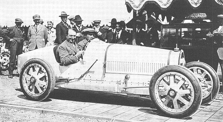 Ettore Bugatti achter het stuur van zijn nieuwe racewagen Type 35 bij de Grand Prix van 1924 in Lyon.