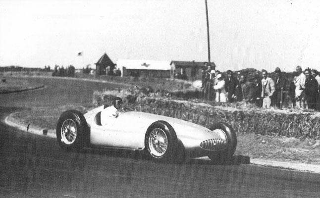 Manfred von Brauchitsch op het circuit van Zandvoort met de Mercedes-Benz W154 Formule 1 racewagen, 12-cilinder, 485 pk.