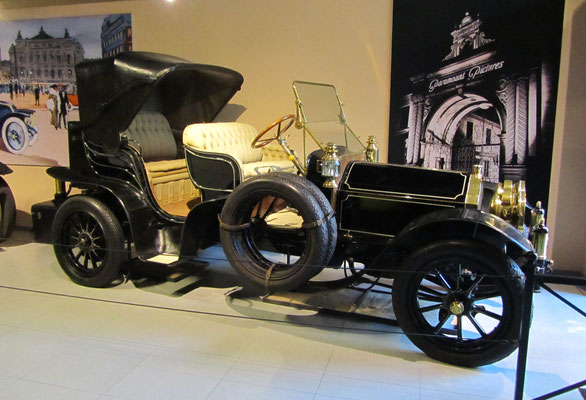 Pierce-Arrow model 38 Park Phaeton uit 1917 met een carrosserie gebouwd door Studebaker. (Louwman Museum in Den Haag)