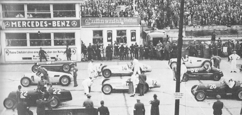 De Nürburgring is aangelegd in 1929. Hier zien we de start van de Grand Prix in 1936, Rosemeyer werd winnaar in de 6,1 liter Auto Union Type C.