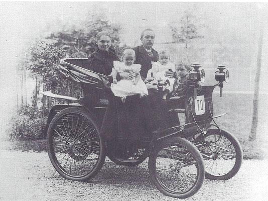 W.H. van Heek in zijn Daimler was in 1900 de eerste automobilist van Enschede.