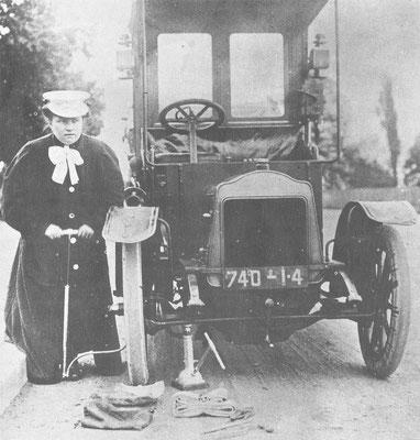 De eerste vrouwelijke taxichauffeur, Parijs, 1906.