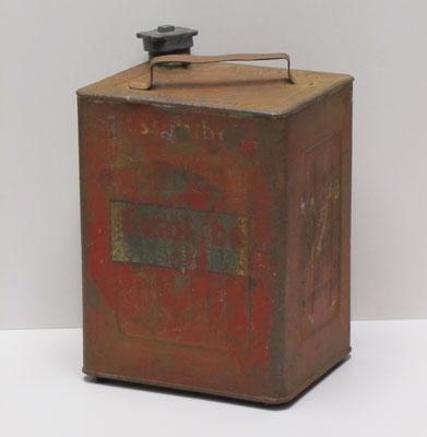 Essolube. Nederlands benzineblik 10 l. van APC Den Haag uit 1929. Het blik is eerst voorzien geweest van het ronde Standard Oil embleem, want pas in 1931 werd de naam Esso geboren.