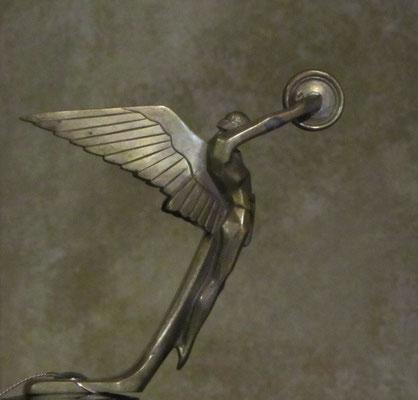 """Mascotte Isotta Fraschini, """"Spirit of Tromphe"""", van Frederick Bazin."""
