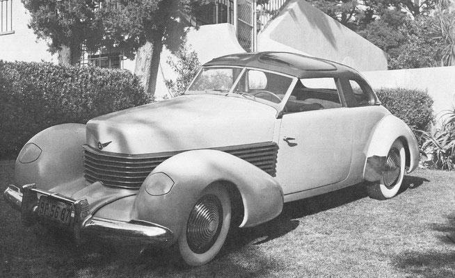 Cord model 810 uit 1936 met wegklapbare koplampen. Fabrikant Eric L. Cord kocht in 1926 de Duesenberg fabriek.