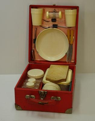 Picknick koffer (picnic hamper), 2-persoons, uit midden vorige eeuw van AHA (Duitsland) met o.a. een aluminium trommel, een thermosflesje en 2x houten broodplankje.
