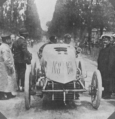 Ferdinand Gabriel wacht met zijn 11,6 liter Mors op de wedstrijd Parijs-Madrid van 1903. Deze catastrofale wedstrijd zou de laatste grote inter-city race in Frankrijk zijn.