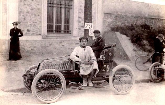 Een Darracq in de wedstrijd Paris-Berlin in 1901. (foto collection Jules Beau)