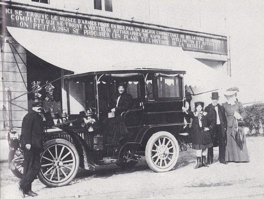 Een familie met chauffeur bij een De Dietrich 24 30 uit 1903.