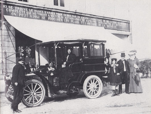 Een familie met chauffeur bij een De Dietrich 24/30 uit 1903.