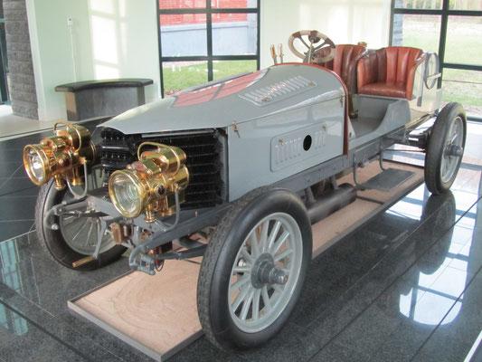 Spyker 60-HP, 1903. Het was de eerste auto met een zescilinder motor en de eerste benzineauto met vierwielaandrijving en remmen op de voorwielen. (Louwman Museum in Den Haag)