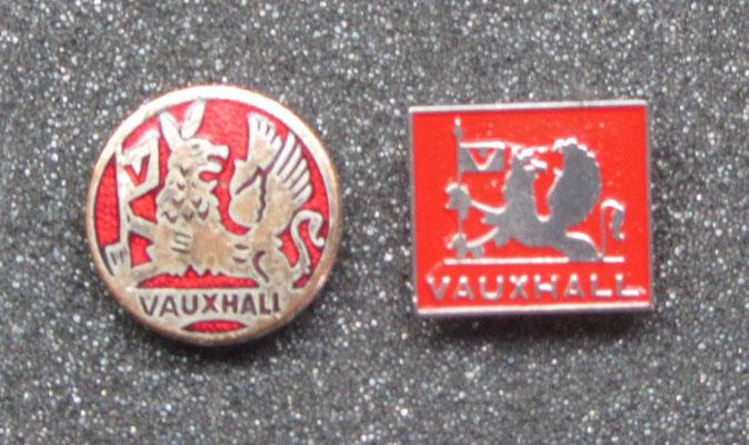 Vauxhall speldjes, het linker speldje is geëmailleerd.