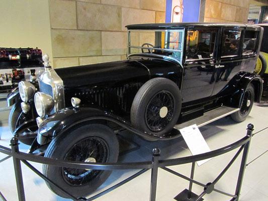 Minerva 32CV AK Landaulette uit 1928 met een 6 liter zescilinder schuivenmotor, te zien in het Louwman Museum in Den Haag.